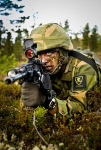 En soldat fra Telemark Bataljon i øvingsfeltet ved Rena Leir. Foto: Forsvarets Mediesenter/Erik Drabløs