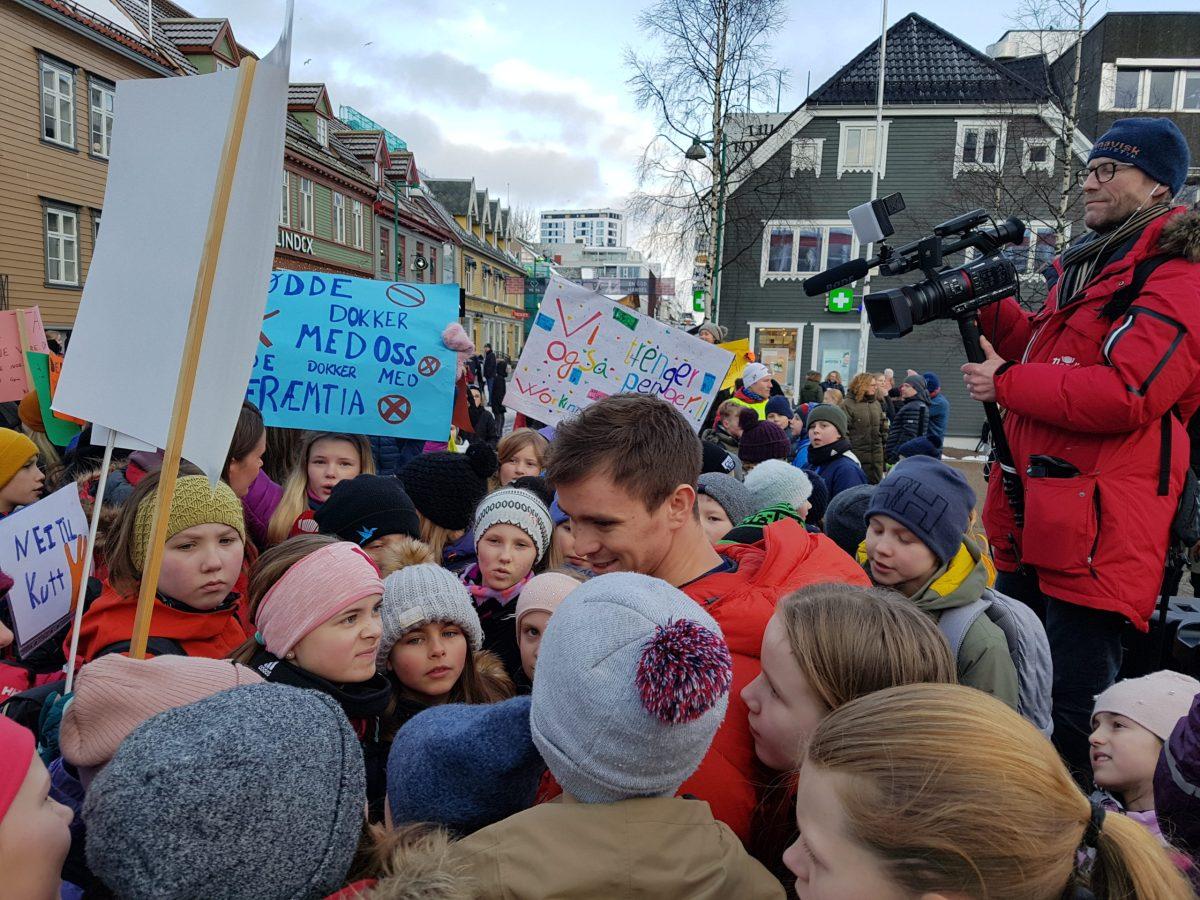 Benjamin snakkar med elevar på skolestreik i Tromsø