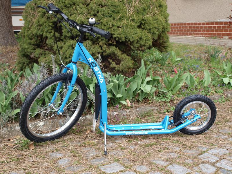 Koloběžka Kostka Kid Maxi 2 modrá na vjezdu
