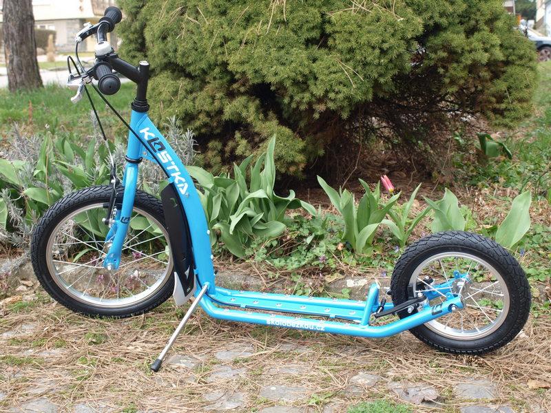 Koloběžka Kostka Kid Mini 2 modrá na vjezdu