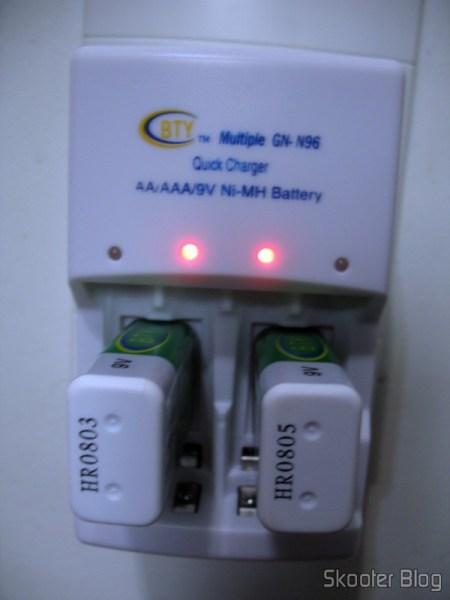DealExtreme: Carregador Rápido Inteligente 4 Canais Auto-Stop para baterias AA/AAA/9V 6F22 BTY (100~240V AC): luzes vermelhas indicam que a carga está ocorrendo