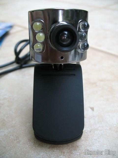 Webcam com o clip posicionado para ficar sobre alguma plataforma