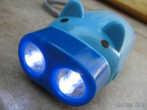 Lanterna de Dínamo de Porquinho com as luzes acesas