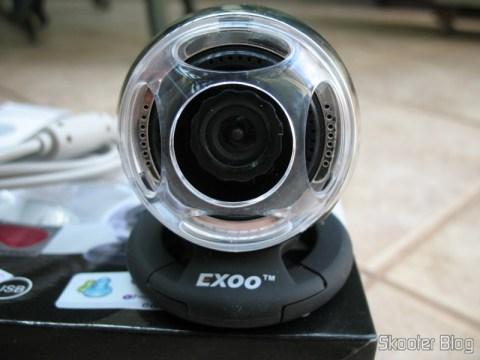 Webcam Exoo com microfone e auto-falante embutido.