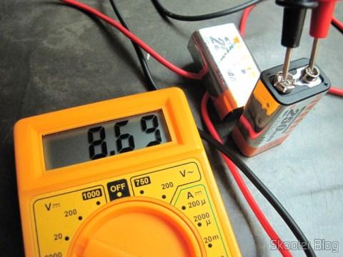 Outra bateria recém-chegada, essa indicando 8,69V no multímetro