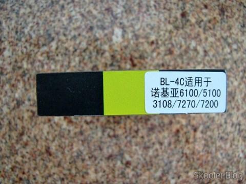Em uma das laterais, um selo com o modelo da bateria e alguns celulares que a utilizam