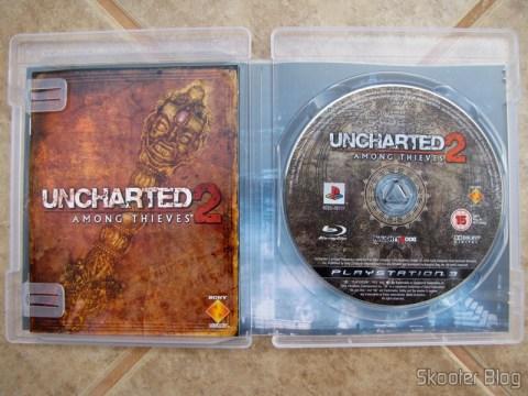 O manual e o disco Blu-ray do Uncharted 2: Among Thieves