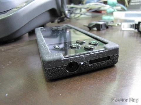 Lateral da Capa Protetora de Silicone para o Dingoo A-320, com os oríficios para a saída de fones de ouvido e botão de ligar/desligar/hold