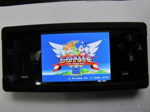 Sonic 2 rodando no Picodrive do Dingux no Dingoo A-320 na capa protetora de silicone