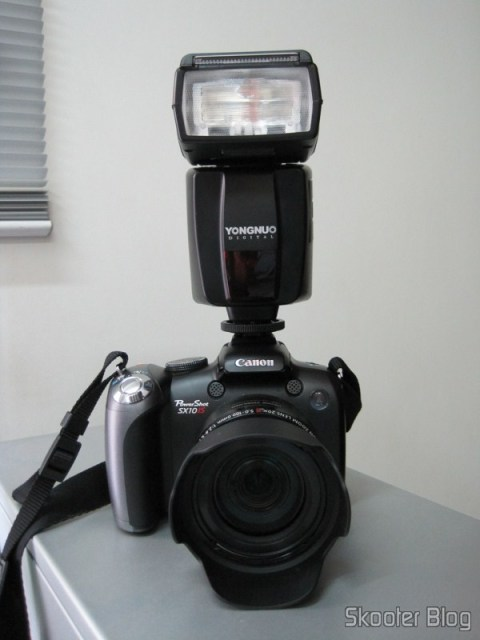 A Canon PowerShot SX10 IS com o Flash Yongnuo Speedlite YN-468 acoplado
