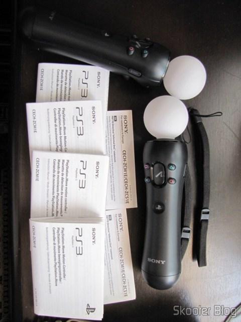 Dois Playstation Move Motion Controller, e suas respectivas alças e manuais