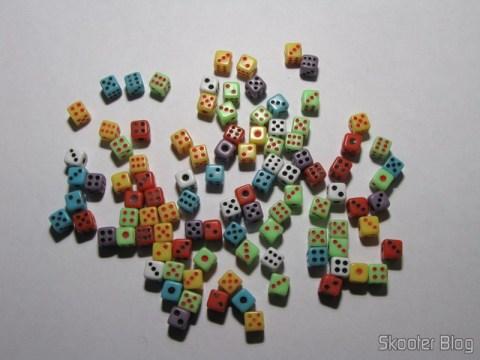 Pacote com 100 mini-dadinhos coloridos
