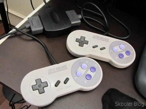 Adaptador USB para dois Controles Gamepad de SNES (Super Nintendo) ou SFC (Super Famicom) com dois controles gamepad de Super Nintendo conectados