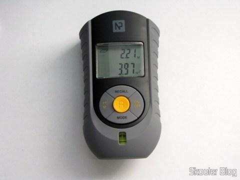 Medidor de Distância Ultrassônico com Apontador Laser e LCD de 2.0″ (Bateria 9V – G6F22) fazendo medida de área