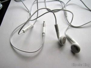 Fones de Ouvido c/ Microfone e Controle de Volume Genuíno da Apple para o Novo iPad com Cabo de 100cm e jack de 3.5mm (Genuine Apple New iPad Earphone w/ Microphone / Volume Control – White (3.5mm-Jack / 100cm-Cable))