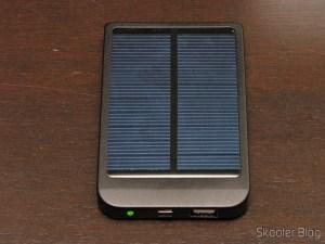 Bateria recarregável por Energia Solar com Adaptadores de Celular 2600mAh (Solar Powered 2600mAh Rechargeable Battery Pack with Cellphone Adapters)