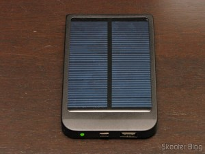 Bateria recarregável por Energia Solar com Adaptadores de Celular 2600mAh (Solar Powered 2600mAh Rechargeable Battery Pack with Cellphone Adapters)