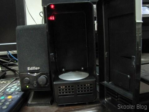 Mini Geladeira e Aquecedor USB (USB Mini Cooling Fridge) com LED vermelho, indicando que está executando a função de aquecedor