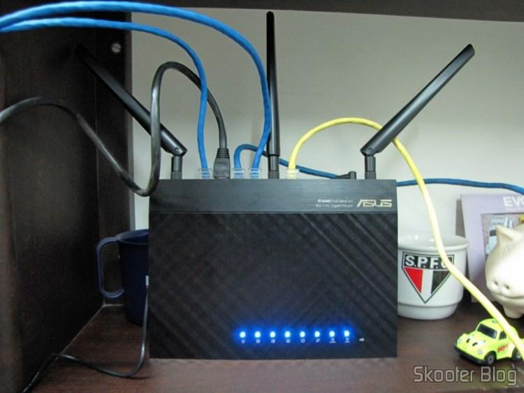 Roteador Wireless Gigabit 1300Mbps ASUS RT-AC66U (ASUS RT-AC66U 1300 Mbps Gigabit Wireless Router) em funcionamento