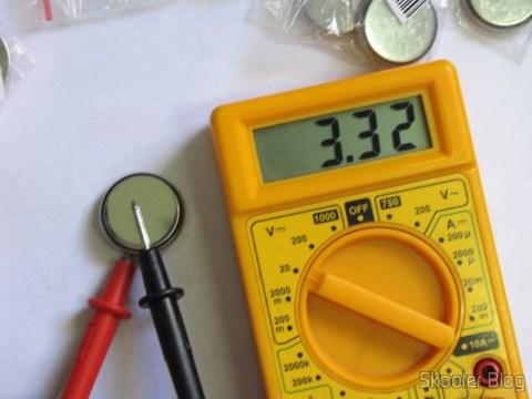Teste das Baterias de Lítio CR2450 3V (CR2450 3V Cell Battery) no multímetro