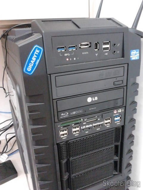 Painel Frontal 5.25″ Multi-Função Tudo-em-Um USB 2.0 / 3.0 e Leitor de Cartões (All-in-1 5.25″ USB 2.0 / 3.0 Multi-Function Front Panel Media Card Reader Dashboard) instalado no gabinete Cooler Master HAF X