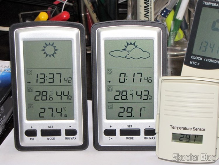 "The two-time stations with LCD 4 "", Clock, Higrômetro, and Temperature Sensor Internal and External Wireless (4″ LCD Wireless Out/Indoor Weather Station with Clock and Outdoor Temperature Sensor (2*AA)) running side by side"