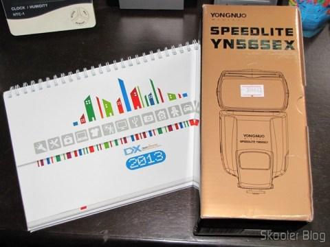"Flash TTL YongNuo Speedlite YN565EX c/ LCD 2.0"" para Canon DSLR (YongNuo Y565EX 2.0"" LCD TTL Flash Speedlite Speedlight for Canon DSLR - Black (4 x AA)) e Calendário de Mesa com Cupons de Desconto para os 12 Meses DX 2013 (DX 2013 Desk Calendar with 12 Months' Coupon Codes)"