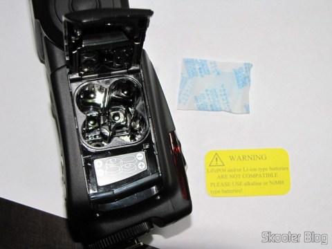 "Compartimento de pilhas do Flash TTL YongNuo Speedlite YN565EX c/ LCD 2.0"" para Canon DSLR (YongNuo Y565EX 2.0"" LCD TTL Flash Speedlite Speedlight for Canon DSLR - Black (4 x AA))"