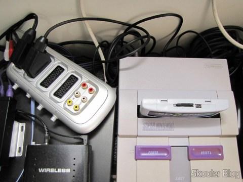 Cabo SCART RGB para Super Nintendo (SNES), Super Famicom, Gamecube e Nintendo 64 (RGB Cable), ligado ao Switch SCART RGB e ao Super Nintendo