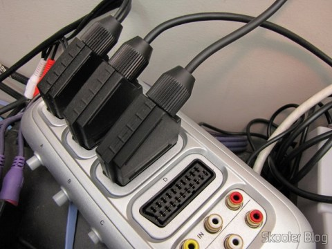 Cabo SCART RGB para Playstation 1/2 com Áudio e Saída para Guncon (RGB Cable with Audio and Guncon output) conectado ao switch de cabos SCART