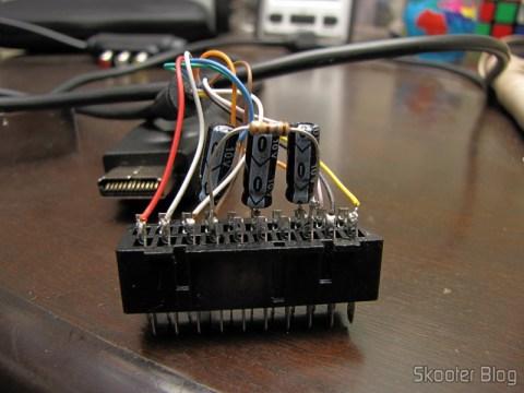 Cabo SCART RGB para Playstation 1/2 com Áudio e Saída para Guncon (RGB Cable with Audio and Guncon output), com o resistor de 180 ohms soldado entre os pinos 8 e 16