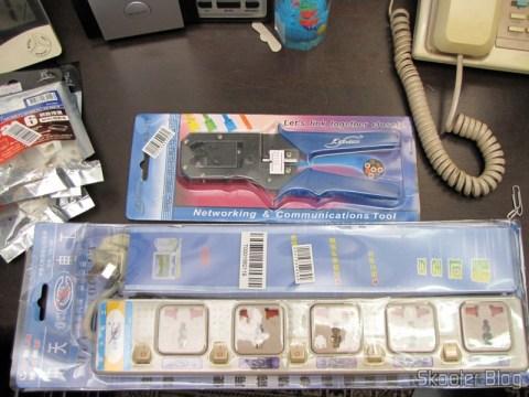 Terceiro Filtro de Linha com 5 Tomadas Universais e Interruptores Individuais e Ferramenta de Crimpagem para Cabo de Rede e Telefone RJ11/RJ45 com Descascador de Cabo