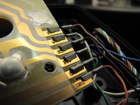 A placa de circuitos do  Kit de Reparo de Joysticks de Atari 2600 CX40 (à direita) com o cabo conectado