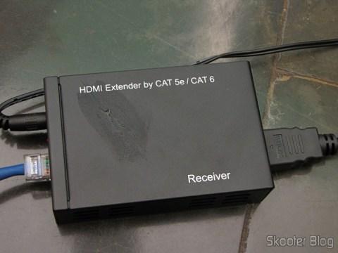 Receptor do Conjunto Extensor HDMI sobre cabo de rede Cat5e / Cat6 (1080P HDMI Over CAT5E / CAT6 Extender Set - Black (2-Input / 1-Output)) em funcionamento (está molhado porque meu cachorro deu uma lambida nele)