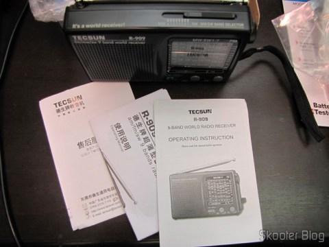 Rádio Portátil Tecsun R-909 Multibanda com 9 faixas FM / AM / SW (7 faixas de ondas curtas, 2 x AA) (TECSUN R-909 Portable FM / MW / SW Multiband AM / FM Radio Receiver – Black (2 x AA)) e manuais