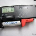 Testador Digital de Carga de Pilhas/Baterias com LCD de 3.5″ (3.5″ LCD Digital Battery Power Level Tester), em funcionamento