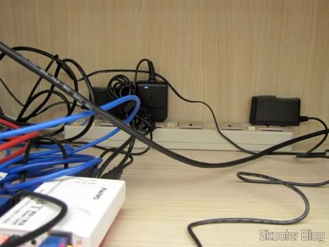 O terceiro Filtro de Linha com 5 Tomadas Universais e Interruptores Individuais (5-Outlet Electric AC Power Bar Strip Splitter with Switch (250V)) adquirido na DX, conectando equipamentos de informática no escritório