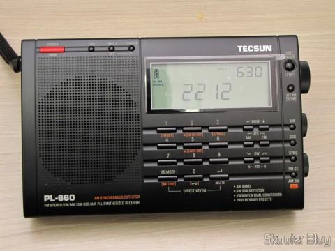 Radio Multi-Banda Mundial Tecsun PL-660 FM, AM (Ondas Médias), Ondas Curtas, Ondas Longas e Escuta Aeronáutica (TECSUN PL-660 (Black) AIR/FM/SW/MW/LW World Band Radio), desligado, marcando as horas