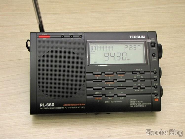 Radio Multi-Banda Mundial Tecsun PL-660 FM, AM (Ondas Médias), Ondas Curtas, Ondas Longas e Escuta Aeronáutica (TECSUN PL-660 (Black) AIR/FM/SW/MW/LW World Band Radio) sintonizando uma estação FM
