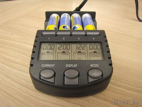 Carregador de Pilhas La Crosse Technoly Alpha Power BC1000 (La Crosse Technology Alpha Power Battery Charger, BC1000) em funcionamento, cada pilha em uma função diferente