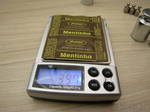 Testing the precision balance with a Mentinha chocolate Prawer
