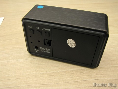 Parte traseira do Relógio com Alarme Estilo Madeira c/ LED Azul e Temperatura (Wood Style Alarm Clock w/ Blue LED + Temperature – Black + Grey (4 x AAA/USB))
