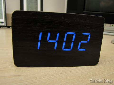 Relógio com Alarme Estilo Madeira c/ LED Azul e Temperatura (Wood Style Alarm Clock w/ Blue LED + Temperature – Black + Grey (4 x AAA/USB)), em funcionamento