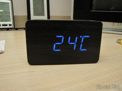 Relógio com Alarme Estilo Madeira c/ LED Azul e Temperatura (Wood Style Alarm Clock w/ Blue LED + Temperature – Black + Grey (4 x AAA/USB)), em funcionamento, mostrando o termômetro