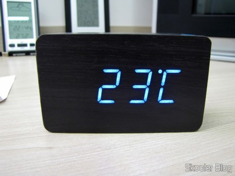 Wood Alarm Clock with Style w / Blue LED Temperature (Wood Style Alarm Clock w/ Blue LED + Temperature – Black + Grey (4 x AAA/USB)), operation, showing the temperature