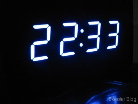 Relógio com Alarme Estilo Madeira c/ LED Azul e Temperatura (Wood Style Alarm Clock w/ Blue LED + Temperature – Black + Grey (4 x AAA/USB)), em funcionamento na escuridão total