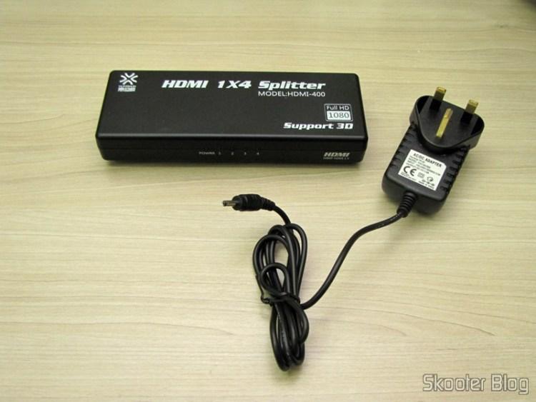 Splitter HDMI de 1 entrada para 4 saídas HUIYISHUN HDMI-400 HDMI v1.4 Full HD 1080p 3D (HUIYISHUN HDMI-400 3D 1080p Full HD HDMI V1.4 1 to 4 Splitter – Black + White (UK Plug / 100~ 240V)) and its power supply