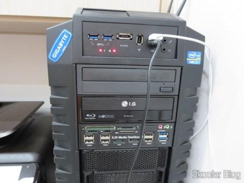 Gabinete Cooler Master HAF-X. O Painel Frontal 5.25″ Multi-Função Tudo-em-Um USB 2.0 / 3.0 e Leitor de Cartões (All-in-1 5.25″ USB 2.0 / 3.0 Multi-Function Front Panel Media Card Reader Dashboard) você também já viu no Skooter Blog