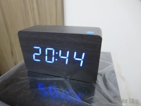 Relógio com Alarme Estilo Madeira c/ LED Azul e Temperatura (Wood Style Alarm Clock w/ Blue LED + Temperature – Black + Grey (4 x AAA/USB)), você já viu no Skooter Blog