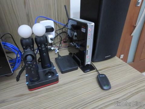 Vários itens que você já viu no Skooter Blog:  Estação de Recarga Quadrupla para Controles Playstation Move do Playstation 3 (Quadruple Port Charging Station for PlayStation 3 Move Controllers – Black), Playstation Move Motion Controller, Playstation Move Navigation Controller, Disco Rígido (HD) Externo Portátil WD My Passport 2TB USB 3.0 Preto (WD My Passport 2TB Portable External Hard Drive Storage USB 3.0 Black), e Zotac ZBOX ID83 Core i3-3120M 2.5GHz Intel HM76 DDR3 Wi-Fi A&V Gigabit Ethernet Mini PC Barebone System (ZBOX-ID83-U)